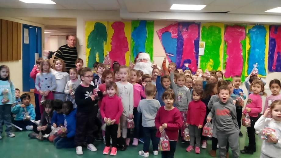 Le père Noël a rendu visite aux élèves de maternelles de l'école du Tenao.