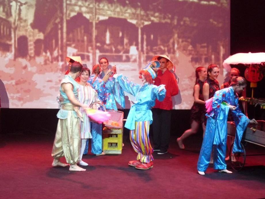 Sous le chapiteau de Fontvieille dimanche après-midi se jouait la légende d'Aladin, qui rencontre le clown Frankie, pour près de 2000 jeunes invités.