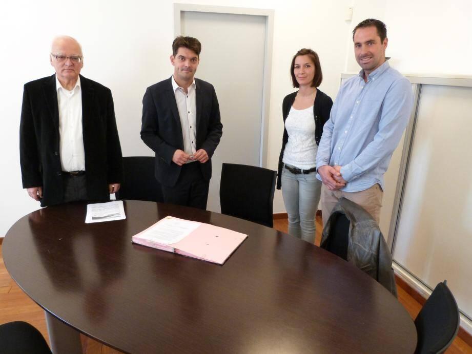 Signature de la convention dans le bureau du président de la CAPG Jérôme Viaud, ici en présence d'Henri Alunni, à la tête d'Initiatives Terres d'Azur, d'Alexandra Garnier, sa directrice déléguée en charge de la promotion des entreprises et de Christophe Pellegrin, le président du syndicat des Jeunes Agriculteurs 06.