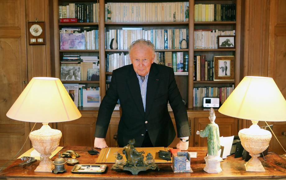 Philippe Bouvard chez lui, à Cannes, où il poursuit une carrière exemplaire après soixante-cinq ans d'activité.