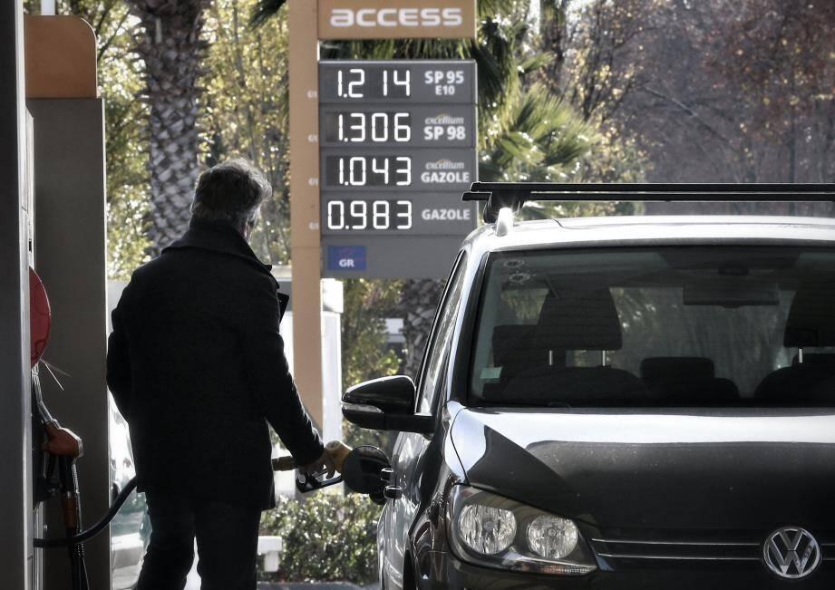 Dès le 1er janvier, les taxes sur les carburants seront alourdies en lien avec la contribution « climat énergie ».