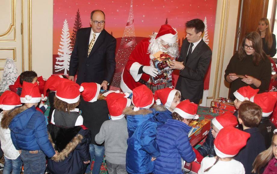 Devant le sapin de Noël d'inspiration polaire, hier dans la cour d'honneur, le couple princier a accueilli les jeunes Monégasques, tous coiffés pour l'occasion d'un bonnet rouge de lutin.