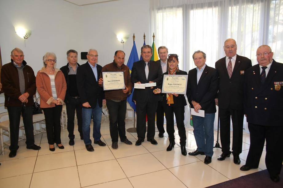 L'association des Anciens combattants et prisonniers de guerre ACPG-CATM ainsi que le Lions-Club du Cannet-Mougins ont remis 3 200 euros au maire. La somme sera reversée au CCAS pour les sinistrés.