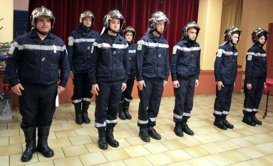 Les promus au 1er rang et, à gauche, le sergent Christophe Maiffred qui a reçu la médaille de vermeil des sapeurs-pompiers.