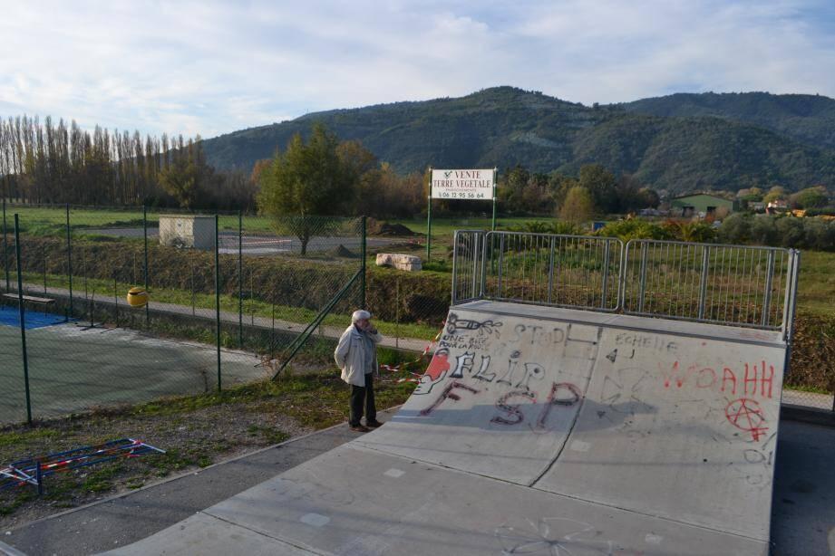 L'ancien skate park déménage sur le terrain d'en face, derrière le Béal.