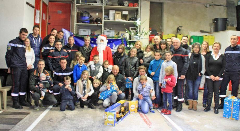 Après la distribution de jouets, tous ont posé pour la photo de famille signée J.Die.