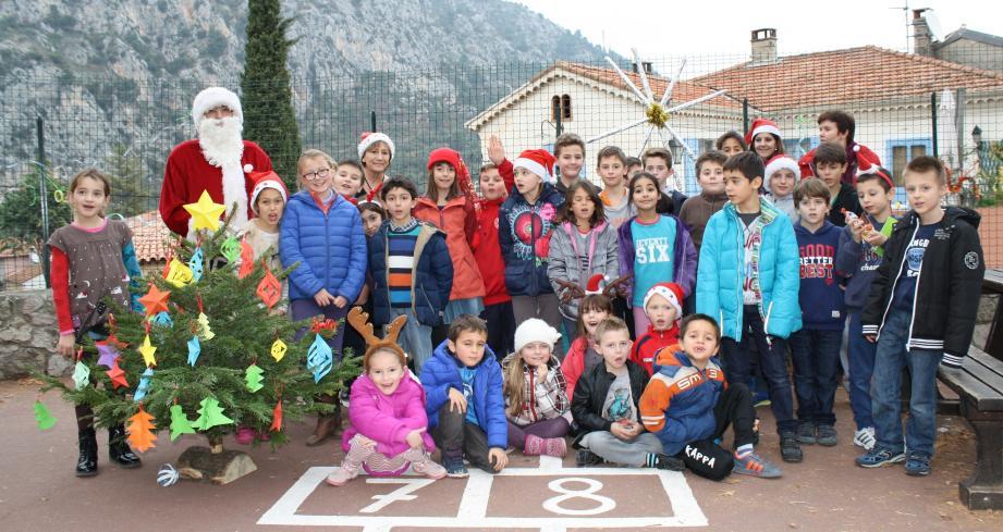 Le père Noël a visité les deux écoles gorbarines, comme ici à l'école primaire du village.