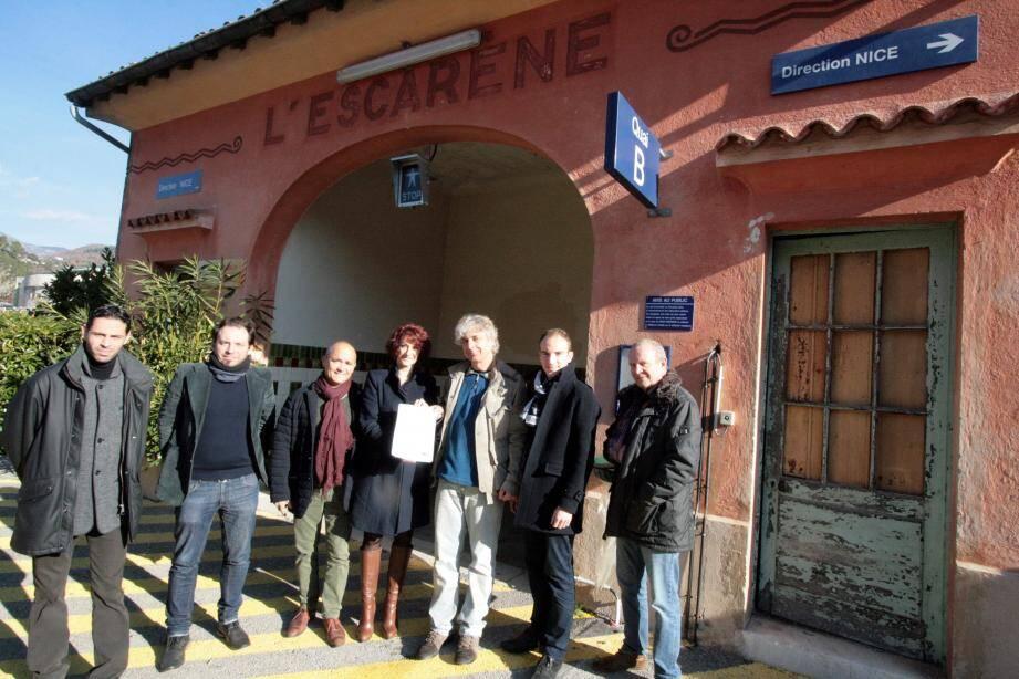 Corinne Durand, responsable patrimoine de « Gares et connexions », avec les élus communaux, le chargé de mission de la CCPP et l'animateur du conseil de développement sur le site de la gare SNCF.