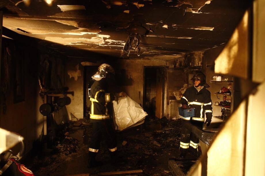 Maîtrisé en moins de dix minutes, le feu a eu le temps de dévaster 80 m2 d'une villa du chemin du collet de l'Hubac.