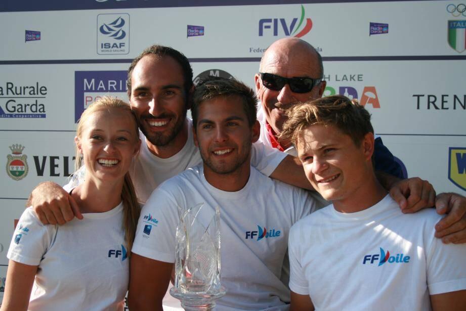 Gaulthier Germain (au centre) et son équipe Give me Five tout sourire sur la plus haute marche du podium : une image qui s'est répétée tout au long d'une année absolument mémorable. (DR)