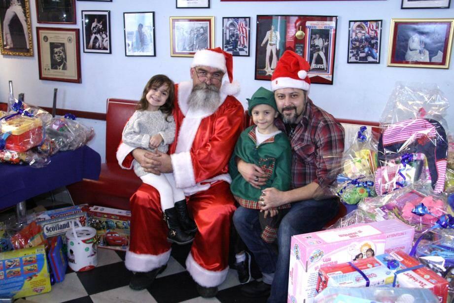 Le Père Noël et son lutin Mattéo n'ont pas chômé, dimanche après-midi au Vintage.