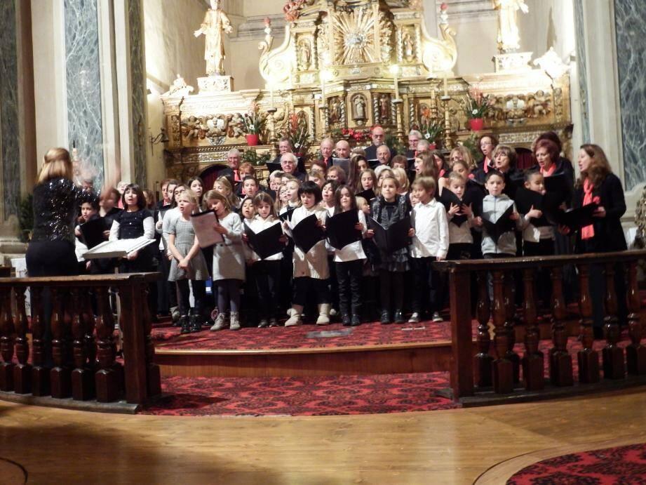 Fabienne Vergé dirige l'ensemble des choristes lors de l'interprétation du chant « Noël des enfants du monde ».