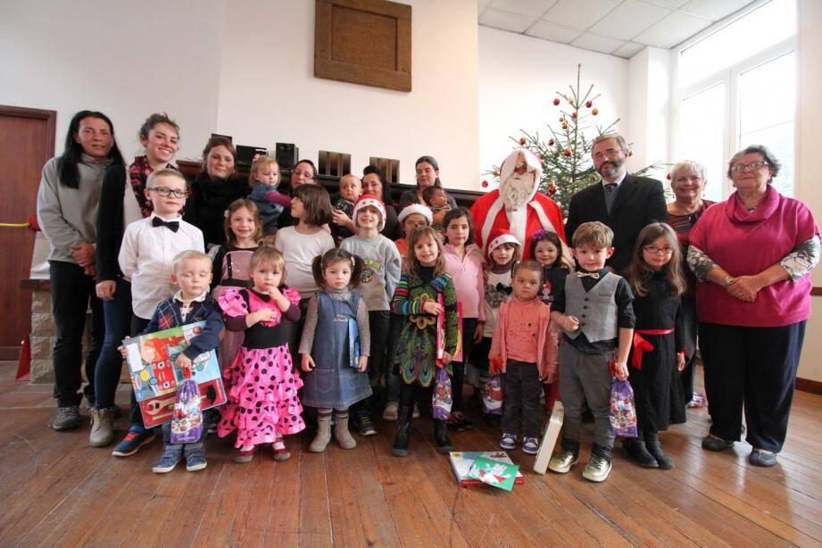 Après un petit spectacle et la remise des cadeaux, enfants, bénévoles et responsables de la commune se sont rassemblés pour la photo autour du Père-Noël.