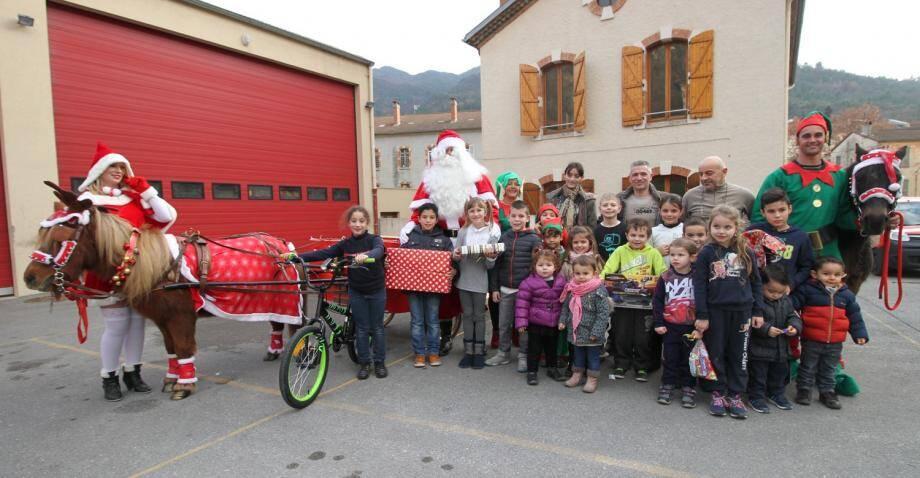 Les enfants des pompiers sospellois ont reçu la visite du Père Noël et des cadeaux bien mérités.