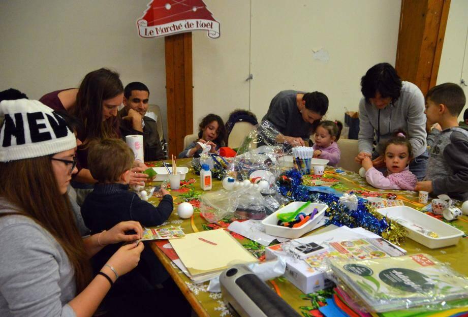 Des petites mains bien occupées, d'un atelier à l'autre, pour créer de jolis cadeaux inspirés de l'esprit de Noël.