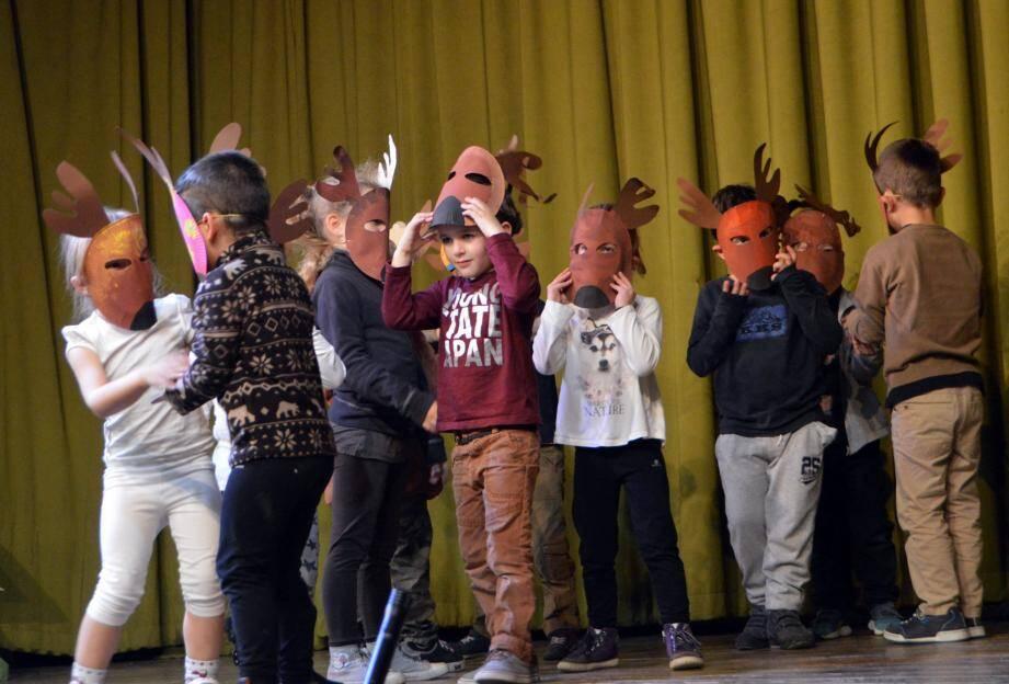 Entrée en scène avec les enfants de maternelle et un sympathique spectacle de théâtre mimé.
