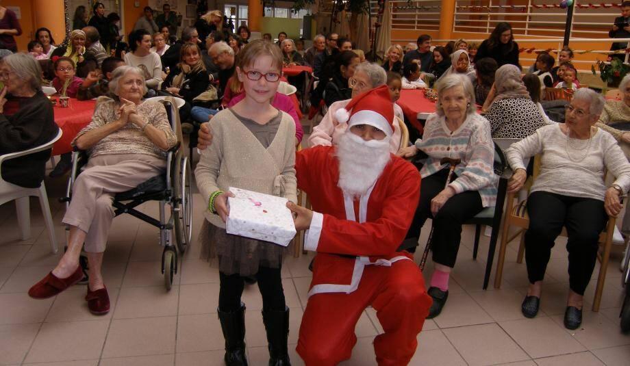 Trente enfants ont été appelés pour recevoir leur cadeau de Noël.