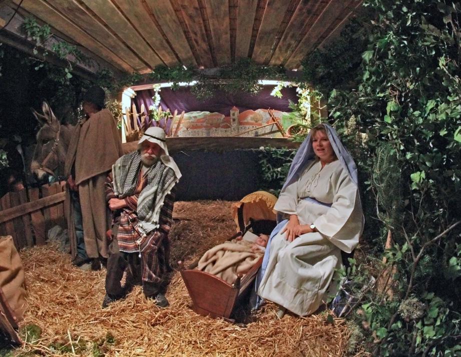 Entre Joseph et Marie, Nathan, l;Enfant Jésus de la nuit de Noël.