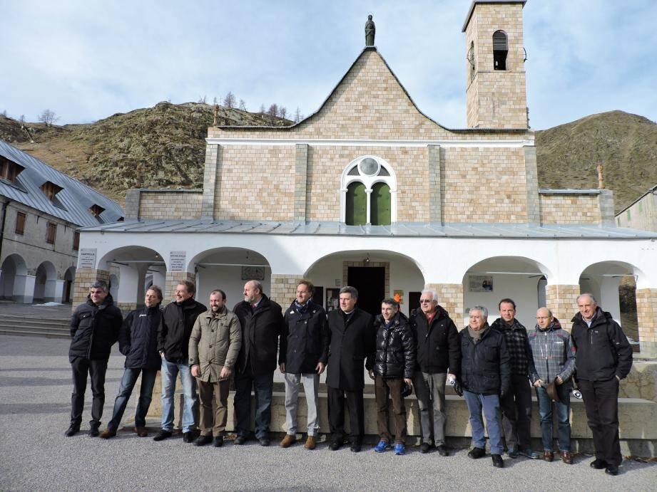 Les deux maires, le recteur du sanctuaire, l'évêque de Cuneo, l'adjoint aux sports de la région du Piémont et élus italiens et français.
