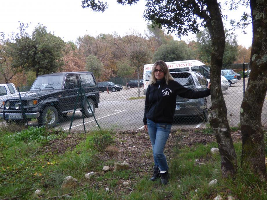 Cécilia Fruleux à la Sine, là où elle installera la fourrière des chats, dès que l'association aura réuni les 5 000 euros nécessaires à l'achat du chalet.