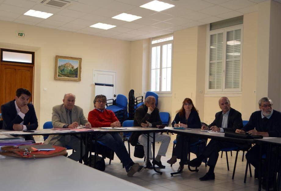 Les élus lors de la réunion animée par le maire d'Auribeau Jacques Varrone, président du SISA.