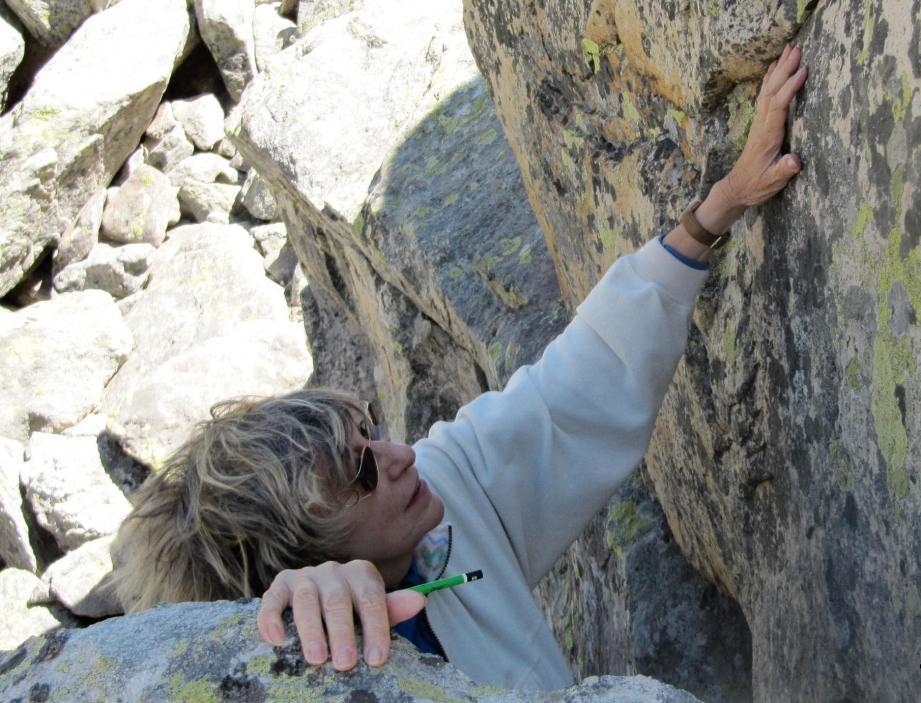 Emilia Masson au cours des prospections dans la vallée des Merveilles.