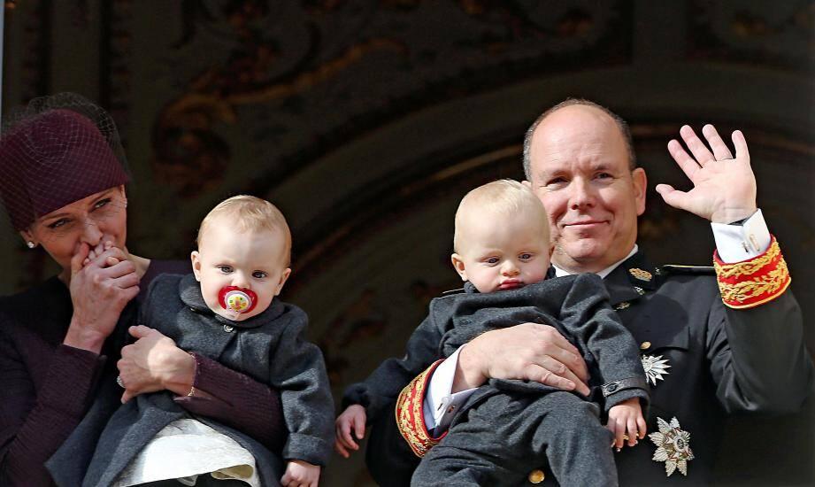 Les jumeaux princiers Jacques et leurs parents, Albert et Charlène de Monaco.