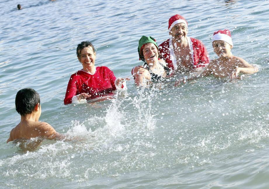 Bain de Noël sur la plage du Larvotto à Monaco.