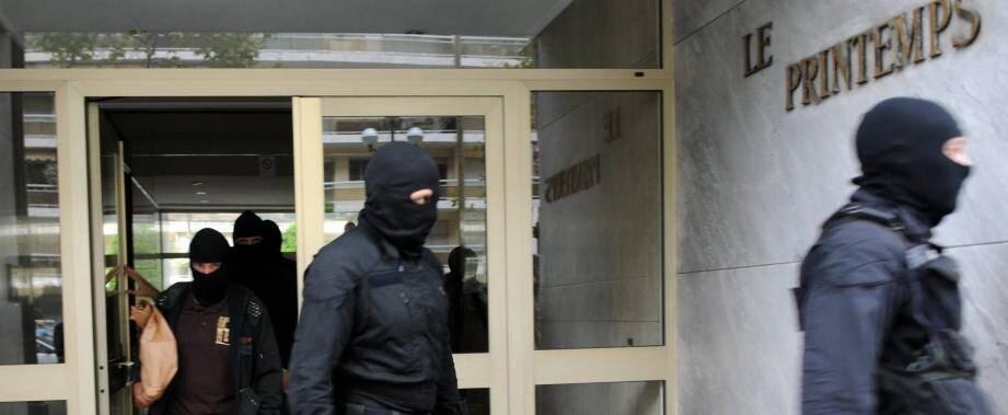 """Les hommes encagoulés de l'antiterrorisme, lors du coup de filet mené en octobre 2012 contre la cellule """"Cannes-Torcy""""."""