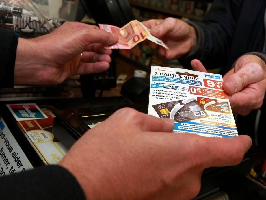Moyennant dix, quinze ou vingt euros, selon les marques, ces cartes prépayées sont, désormais, en libre accès dans les bureaux de tabac, les grandes surfaces ou encore sur Internet.