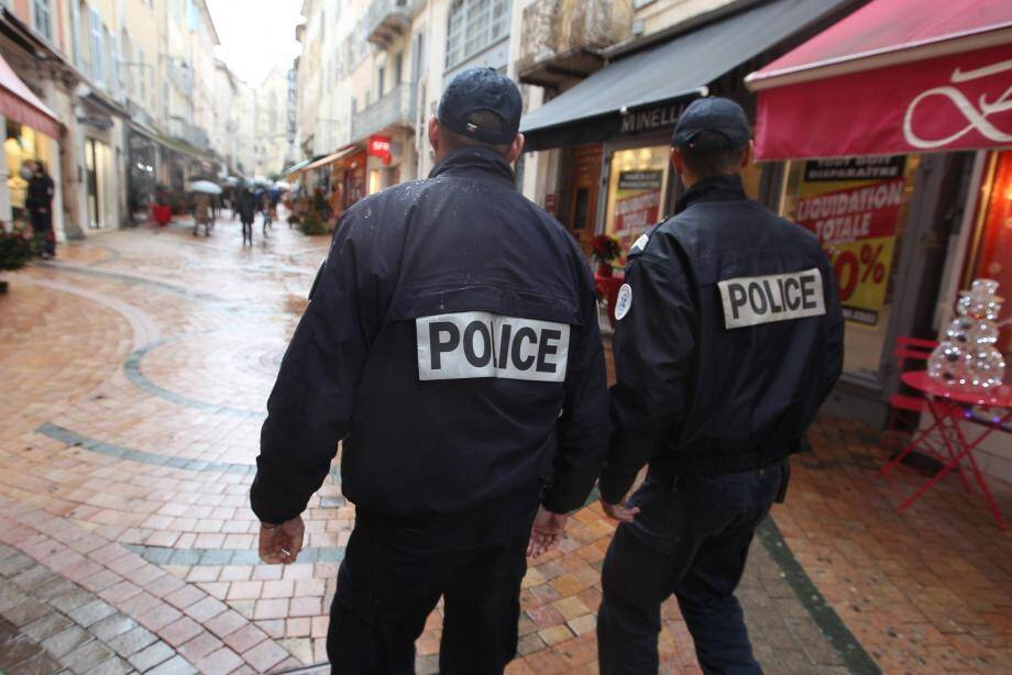 Patrouille de police en centre-ville.