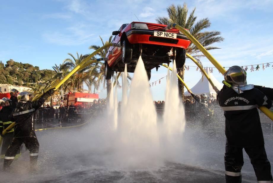 Les pompiers niçois avaient impressionné le public avec cette voiture soulevée par l'eau, en 2013.