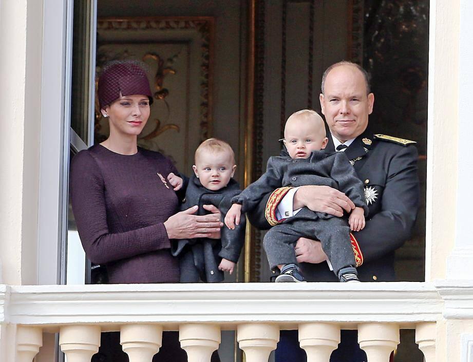 Fiers aux fenêtres du Palais, le prince Albert II et la princesse Charlène présentent leurs enfants, le 19 novembre dernier, jour de Fête nationale, à la foule réunie place du Palais.