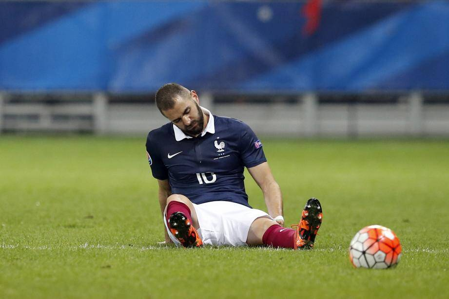 France's forward Karim Benzema reacts after being injured during the friendly football match between France and Armenia on October 8, 2015 at the Allianz Riviera stadium in Nice, southeastern France. AFP PHOTO / VALERY HACHE / AFP / VALERY HACHE FBL-EURO-2016-FRA-ARM-FRIENDLY