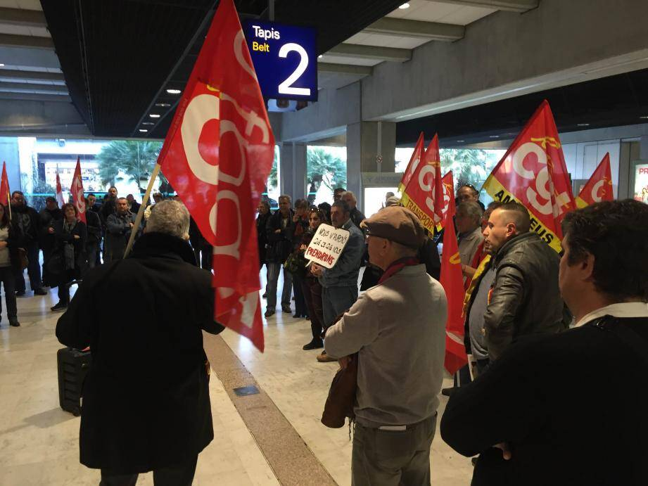 La CGT manifeste à l'aéroport de Nice.