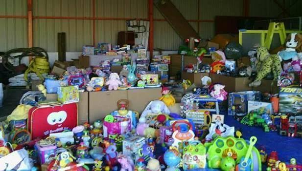 Plusieurs jouets entreposés dans le hangar.