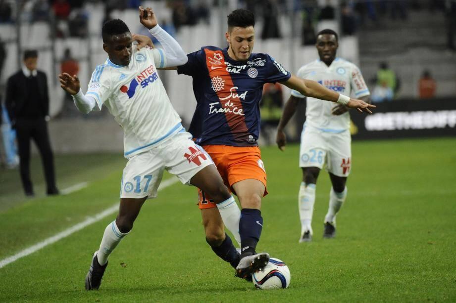 Le défenseur de Montpellier Ramy Bensebaini tente de s'imposer contre Bouna Sarr.