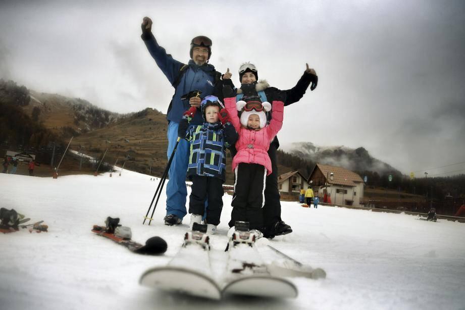 Une famille au ski.