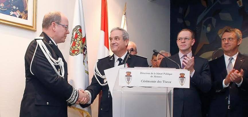 Le prince Albert II saluant Régis Asso, le directeur de la Sûreté publique, qui prendra sa retraite dans un mois.