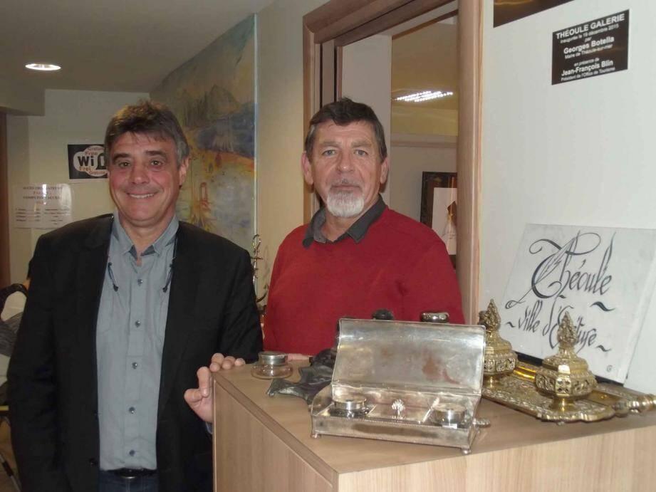 Le maire, Georges Botella, ici accompagné de Jean-Paul Sarda, agent communal, spécialiste de la collection inaugurant  « Théoule galerie » et sa première exposition d'encriers.