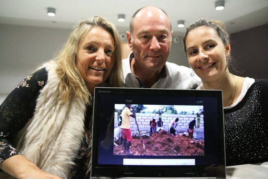 Lucile di Cairano, Gérard Danckof et Anaïs Gledel, membres du bureau de l'association, veillent à l'avancement du chantier.