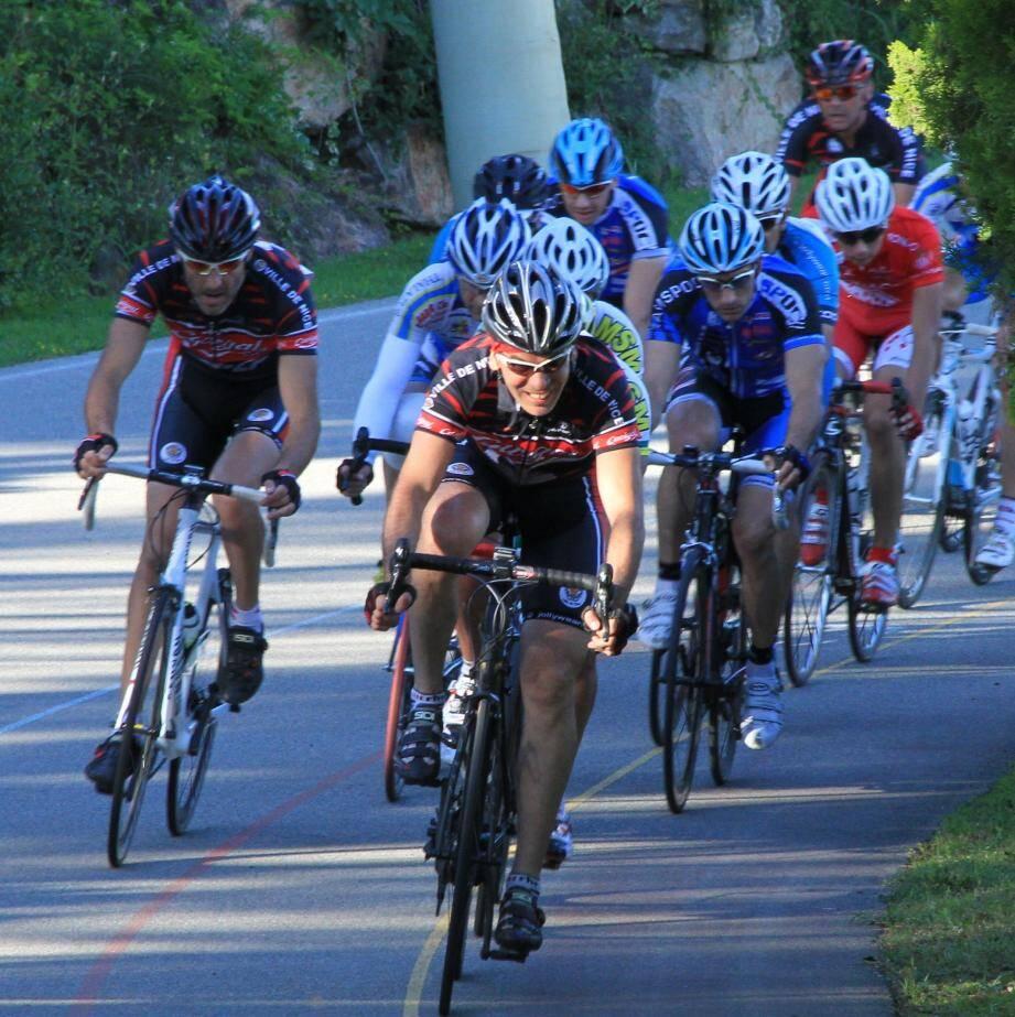 De la compétition (ci-dessus) à l'école de cycliste comme ce petit garçon, l'anneau Louison Bobet est le rendez-vous des cyclistes.