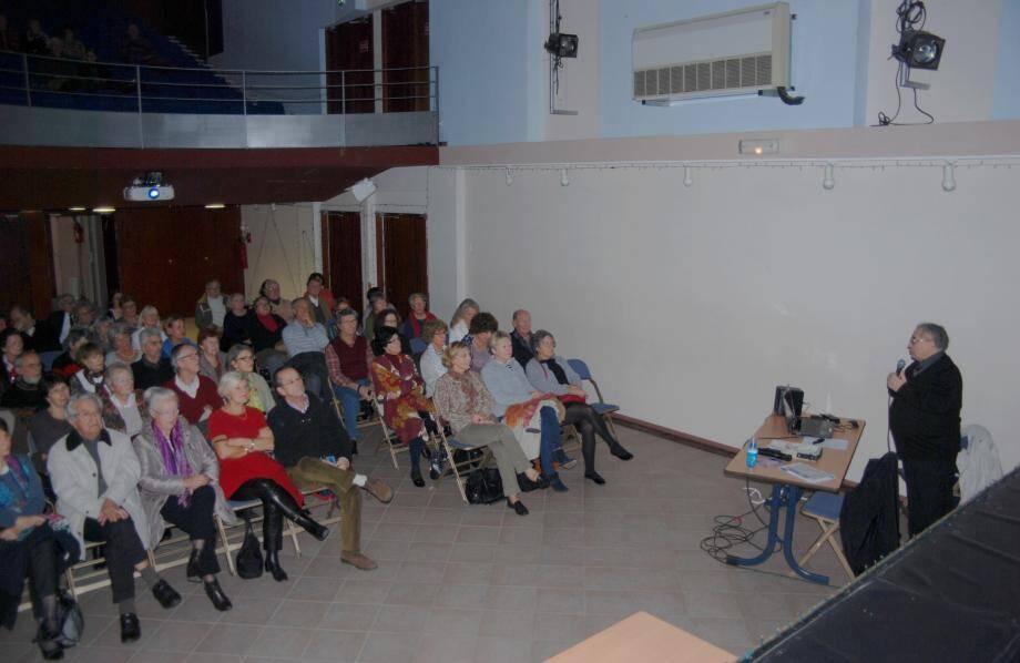 Les conférences de René Amendola intéressent un public nombreux.