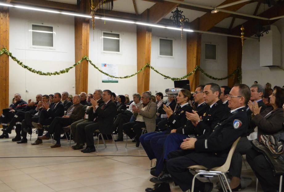 Les élus des communes voisines et amies, les représentants de la gendarmerie, de la police rurale et municipale, les bénévoles associatifs et la population étaient présents pour cette cérémonie.