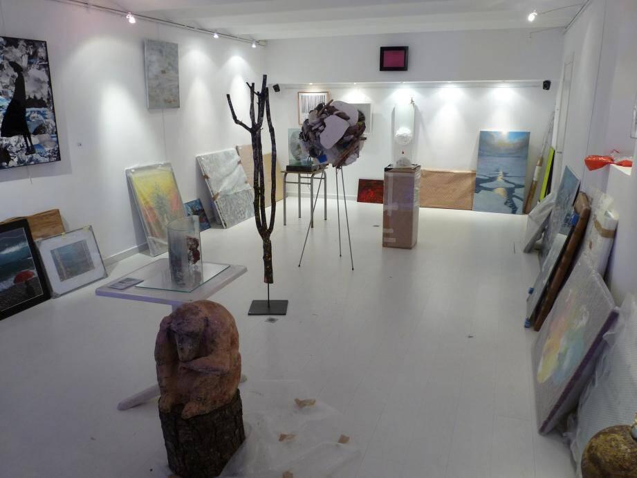 La galerie L'Entrepôt en pleins préparatifs avant l'ouverture de l'exposition, ce mardi.