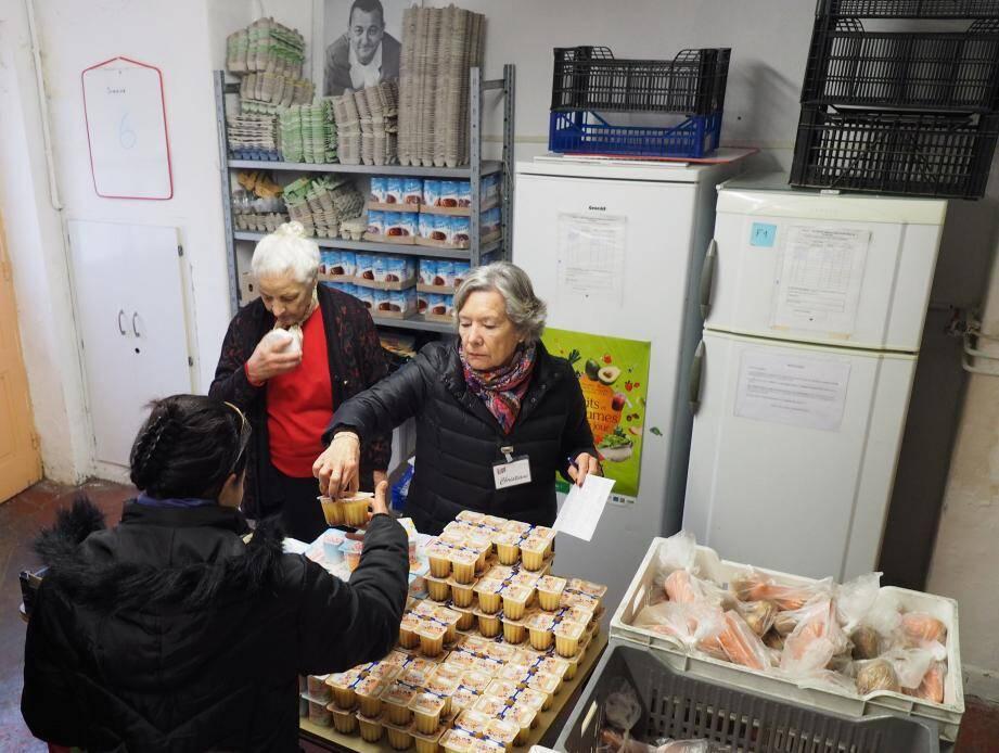 Le mardi et le vendredi matin, près de 700 familles et un peu plus de 150 personnes isolées sont approvisionnées par les Restos du Cœur.