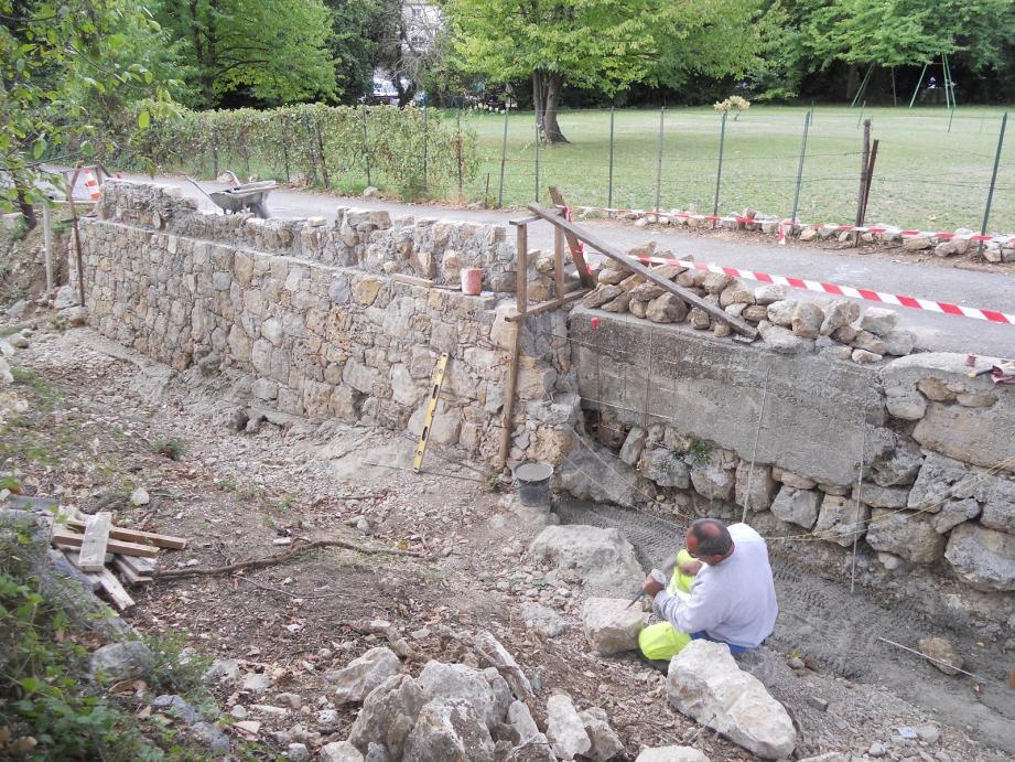 Rénovation du mur de soutènement sur le chemin des Guiols.