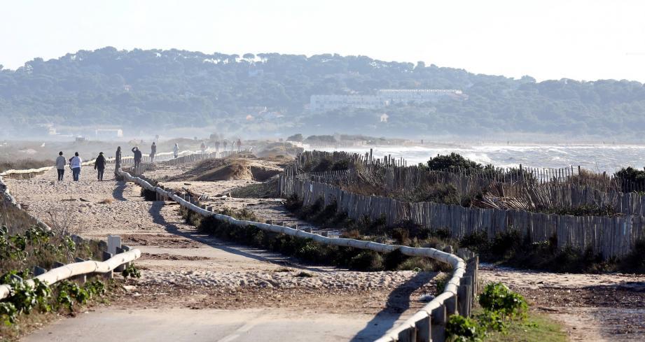 Sur ce cliché pris hier après-midi, on peut voir que le cordon dunaire qui sépare la plage de l'Almanarre à la route du sel a été en grande partie détruit par les vagues-submersion.