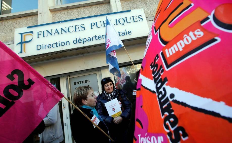 Une trentaine d'agents des impôts ont manifesté à l'appel du syndicat Solidaires, hier matin à Nice, devant le siège où un comité répartissait les 45 suppressions de postes.