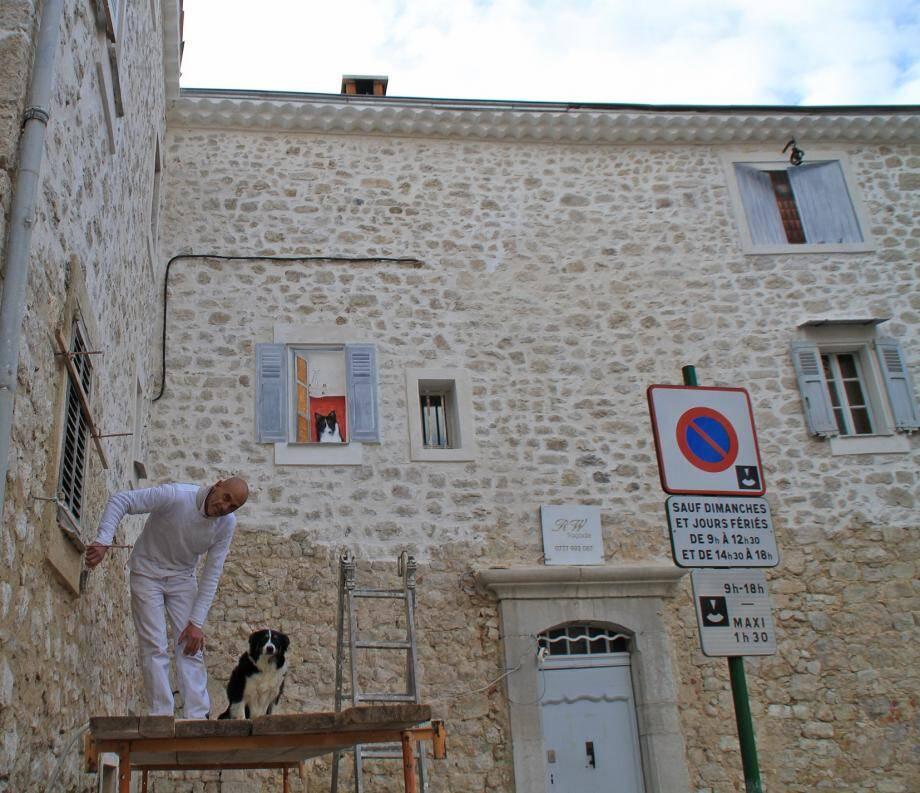 Raymond Weisbecker et Flocky sur le chantier. On voit sur la façade restaurée les fenêtres en trompe-l'œil